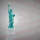 Статуя свободы на темном флаге Америки Стоковые Изображения
