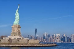 Статуя свободы обозревая городское Манхаттан и всемирный торговый центр стоковое фото