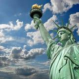 Статуя свободы, солнечная предпосылка неба Стоковые Изображения