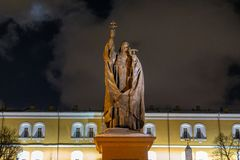 Статуя Святого с крестом удерживания, Кремлем в Москве стоковая фотография rf