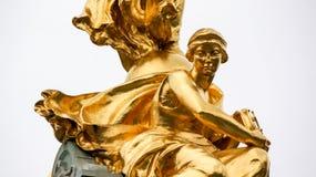 Статуя сидя колеса золота женского держа Стоковая Фотография RF