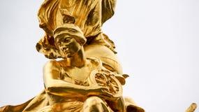 Статуя сидя колеса золота женского держа Стоковое Фото