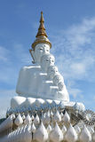 Статуя 5 сидя Buddhas на голубом небе стоковое фото rf
