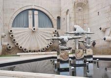 Статуя современного искусства около каскада Стоковое фото RF
