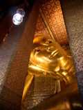 Статуя спать золотая Будда в Wat Pho Бангкоке, Таиланде Стоковое Фото