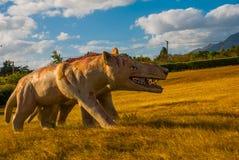 Статуя старого волка в поле Доисторические животные модели, скульптуры в долине национального парка в Baconao, Кубе стоковое фото