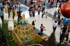 Статуя стиропора белых лошадей вытягивая золотой экипажа на рождестве Стоковое Изображение