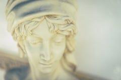 Статуя сторон девушки усмехаясь в саде в солнечности Стоковое Изображение