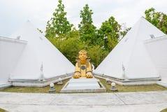 Статуя сфинкса с белой пирамидой Стоковое Фото