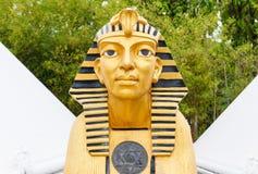 Статуя сфинкса с белой пирамидой Стоковая Фотография