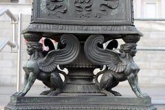 Статуя сфинкса Украшение старого уличного фонаря перед австрийским зданием парламента, веной, Австрией Оно было раскрыто в 190 Стоковые Изображения