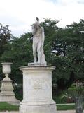 Статуя с его рукой перед его стороной Стоковые Фотографии RF