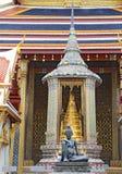 Статуя усаженной затворницы на Wat Phra Kaew в Бангкоке Стоковое Фото