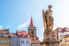 Статуя фонтана и ворота Valdice, или brana Valdicka, в Jicin, чехия стоковые изображения rf