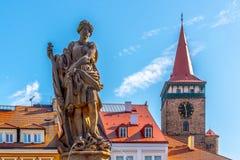 Статуя фонтана и ворота Valdice, или brana Valdicka, в Jicin, чехия стоковое фото