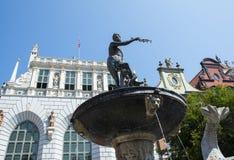 Статуя фонтана ` s Нептуна на улице длинного рынка стоковые фото