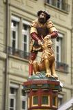 Статуя фонтана Samson на улице Kramgasse в Bern, Switz Стоковое Изображение