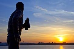 Статуя ходока капитана Frederic Джона наблюдая заходящее солнце Стоковое Изображение RF
