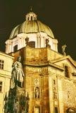 Статуя Чарльза IV и церковь Св.а Франциск Св. Франциск Assisi в Праге стоковая фотография rf