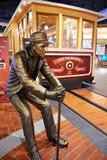 Статуя человека и повторять трамвая на терминале 21 Паттайя стоковые фото