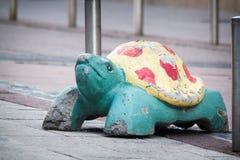 Статуя черепахи на улице в Хельсинки стоковое изображение rf