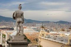 Статуя человека на предпосылке ландшафта Стоковое Фото