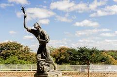 Статуя человека с крестом Стоковое Изображение RF