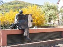 Статуя человека читая газету Стоковые Изображения RF