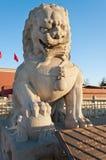 Статуя льва около строба Tienanmen (строба небесного мира).  Стоковое Изображение RF