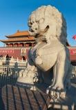 Статуя льва около строба Tienanmen (строба небесного мира).  Стоковое фото RF