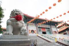 Статуя льва расположенная перед китайским виском, Стоковые Изображения