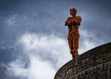 Статуя Энтони Gormley на башне Martello на Aldeburgh стоковая фотография