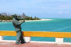 Статуя Эрнест Хемингуэй на мосте водя к Cayo Guillermo, рядом с кокосами Cayo, Куба стоковое изображение rf