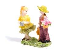 Статуя любовников мальчика и девушки на белизне Стоковые Изображения RF