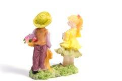 Статуя любовников мальчика и девушки на белизне Стоковые Фото