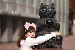 статуя японца девушки кота Стоковые Изображения