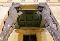 Статуя atlantes в здании новой обители стоковые изображения