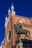 Статуя Bartolomeo Colleoni и готическая церковь Венеция стоковые фото