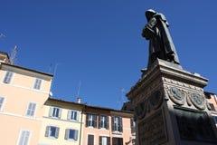 Статуя Campo de ` Fiori Рим Италия Giiordano Bruno Bruno был heretic, который сгорели на карте в Campo de ` Fiori Статуя Феррари  стоковое фото rf