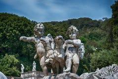 Статуя Cherubini с собаками к королевскому дворцу садовничает в Казерте Стоковые Изображения