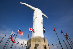 Статуя Cristo del Rey Cali с флагами мира и голубым небом, Col Стоковые Фото