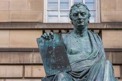 Статуя David Hume, Эдинбург Шотландия Великобритания стоковая фотография rf