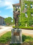 Статуя Ernie davis на университете Сиракуза стоковые фото