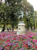 Статуя Faun с цветками Стоковые Фотографии RF