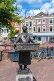 Статуя Fishmonger на набережной канала Рейна в Лейдене, Нидерландах Стоковое Фото