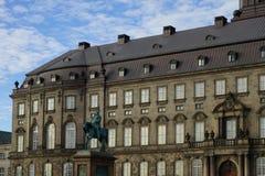 Статуя Frederik VII перед дворцом Christiansborg стоковое фото rf