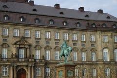 Статуя Frederik VII перед дворцом Christiansborg стоковые изображения rf