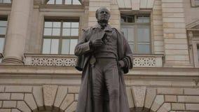 Статуя Fuerst von Hardenberg перед парламентским зданием в Берлине - камере двигает вокруг - 4K акции видеоматериалы