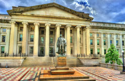 Статуя Gallatin Альберта перед зданием министерства финансов США в Вашингтоне, DC Стоковое Фото