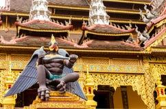 Статуя garuda в виске стоковое изображение